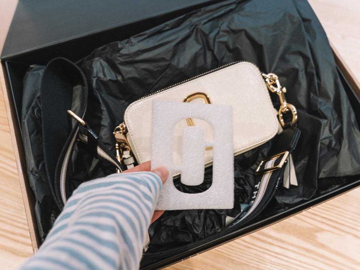 【Unboxing】經典包款開箱Marc Jacobs Snapshot crossbody bag!推薦Coggles中秋節折扣,Marc Jacobs、Coach、Kenzo、By far..等品牌75折!