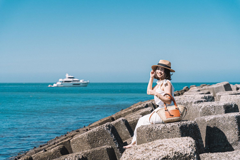 【Outfit】抓住夏天尾巴的海邊穿搭~純白色調Sezane Rick Top + 超划算Mango草編包!