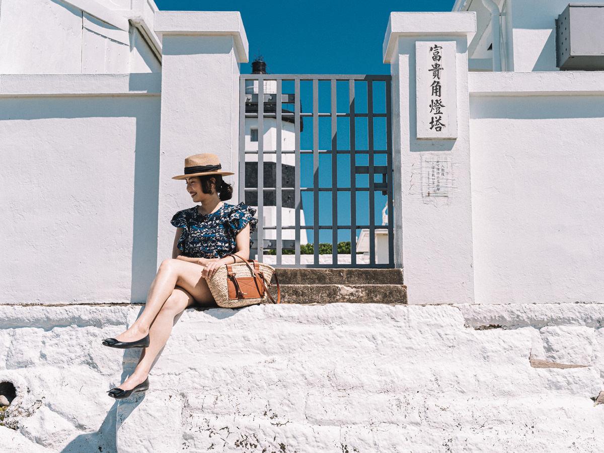 【Outfit】一秒到希臘!Sezane Melie Blouse + Mango草編包 + Roger Vivier Gommette平底鞋!在全台灣的最北端 富貴角燈塔穿搭(這篇是穿搭文😂)